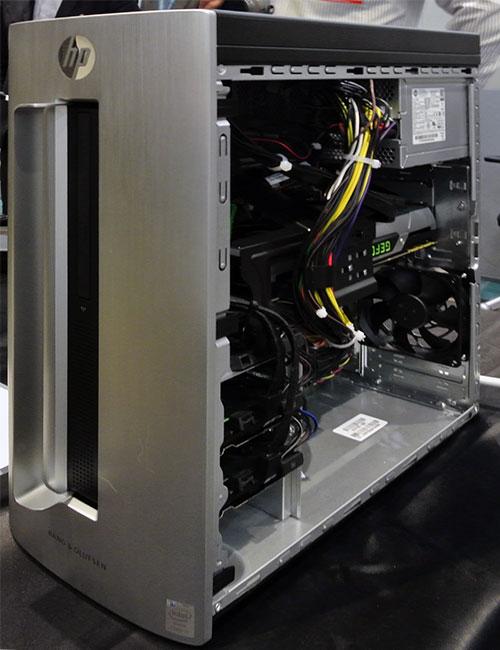 フロントパネルはノートPC等に採用されているヘアライン加工されたアルミニウムデザイン。