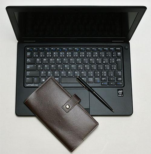 ビジネス使用イメージ。<br />手前の手帳やペンと比較しても、12.5型サイズは程よい大きさで持ち運びや携帯に便利な大きさ。 <br />New Latitude 12 7000は、デルのビジネス向け高性能な軽量薄型ウルトラブックになります。