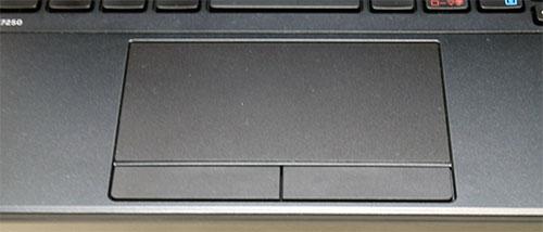 タッチパッド部分は、手前の左右のボタンが独立していますので、確実に入力が行えます。