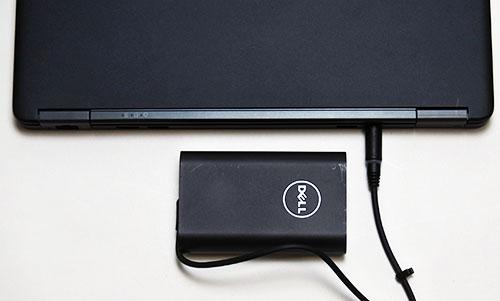 小型の電源アダプター。