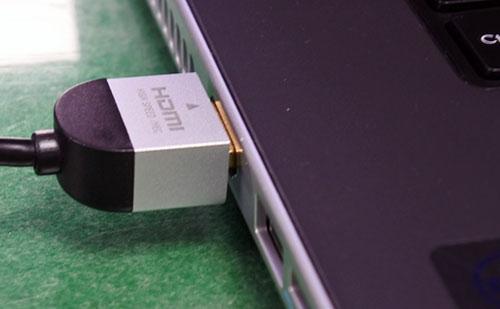HDMI(4K対応)コード別売で接続。