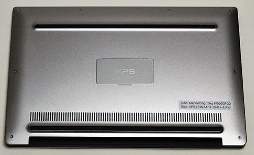 底面。<br />手前線状の部分にステレオスピーカ(Waves MaxxAudio Pro(1 W x 2 = 計2 W)を搭載。音質はヌケの良い透明感のあるサウンド。