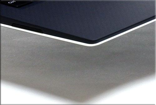 パームレフト部分の下部分はアルミ質感の光沢フレームで囲まれ、よりシャープな印象を演出している。