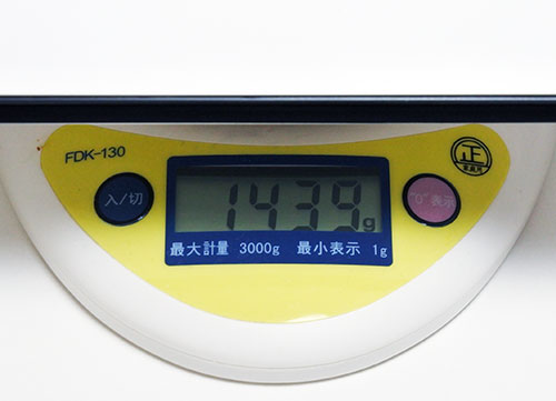 本体重量1049g(HP公表では1000g)。