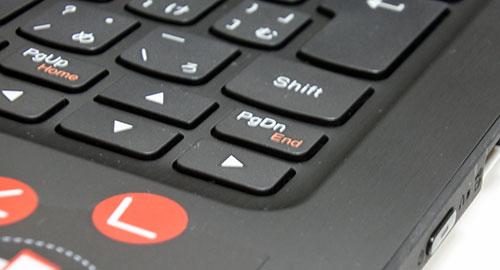 キーボタンとパームレスト部分は段差があり、タブレット使用時にはボタン部分が低いので、ボタンに触れる事がない。