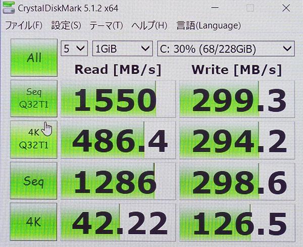 参考として旧モデルHP Spectre 13 x360でのスコア高速SSD (PCIe NVMe M.2)接続の読み込み1550スコアになります