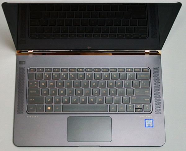 キータッチが軽快なキーボードと大きめのタッチパッド部分。