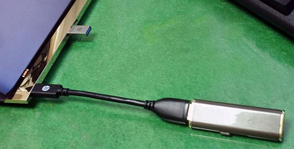手前のUSB3.0に接続できるUSB A変換アダプタに対して上部の小型USB Type-C 3.1は小さくて使いやすい。