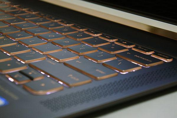 暗部での入力が楽に行えるLEDバックライトを採用したキーボード。