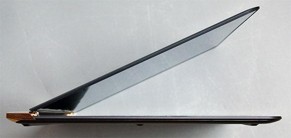 本体側面には一切インターフェースを設けず薄さ7.5mmを実現。
