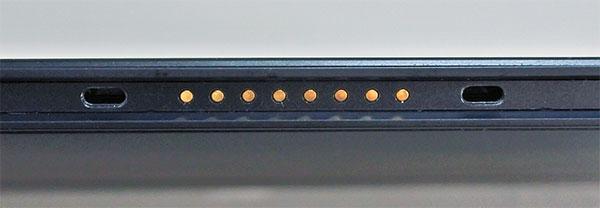 手前の金属端子のある部分がタブレットにマグネットによりドッキングされる。