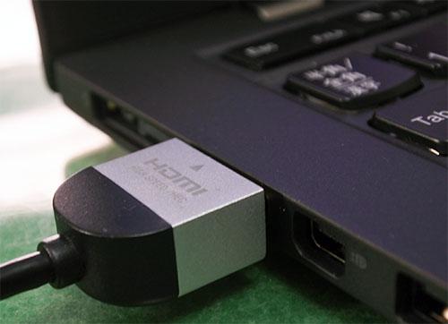HDMIコード(4K対応)で接続。