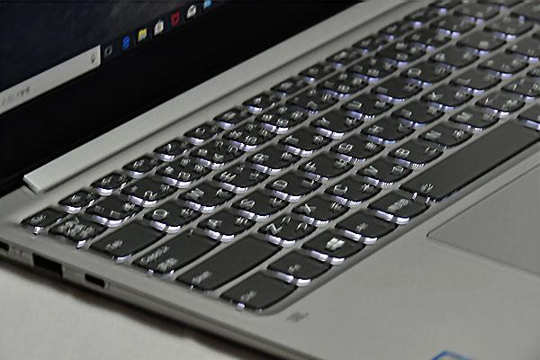 キーボードは2段階調節できるLEDバックライト付で暗部での入力が楽に行える
