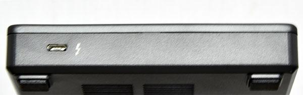 本体右側面。Type-C USB3.1Thunderbolt 3ポート x1 (サポート対象システムとの接続用)