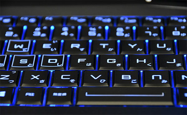 キーボードはLEDバックライト付で暗部での入力が楽に行える。