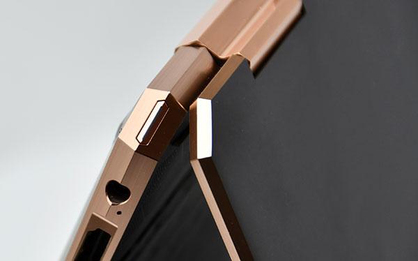 本体後部左側面の斜めカットされた部分には電源ボタンを配置。