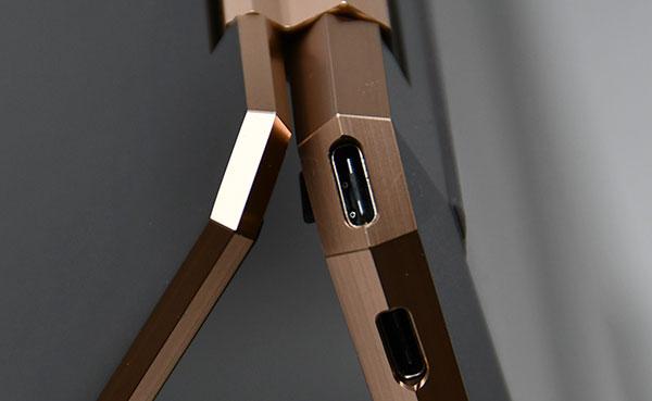 本体後部右側面の斜めカットされた部分にはUSB Type-Cを配置。