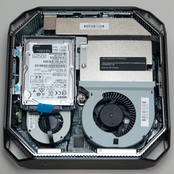 底面内部。2.5インチSATAHDD、M2SSD、GPU、CPU FAN等が見える。