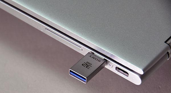 従来のUSB3.0より大幅に小型のUSB Type-C 3.1は小さくて使いやすい。