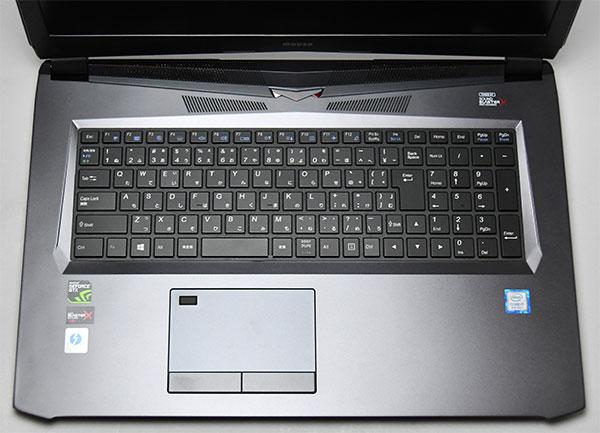 大きなタッチパッドにキーボードの押し加減は指にフィットして使いやすい。