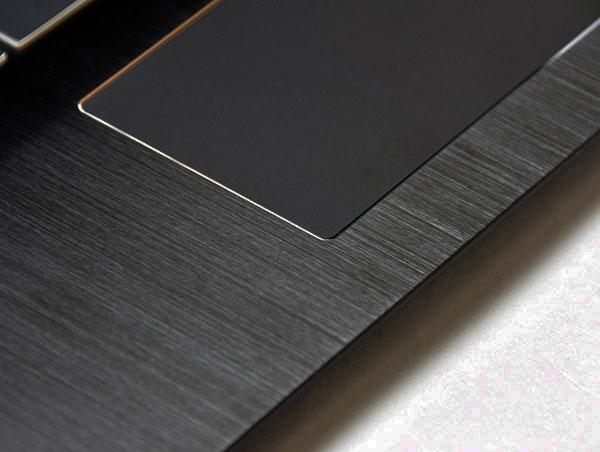 パームレフトはアルミニウム素材の上質な質感で、ブラックカラーがスタイリッシュな印象です。