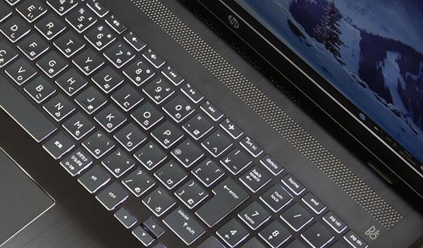 サウンドはBANG & OLUFSENのそのカジュアルブランドである B & O Play のオーディオテクノロジーを採用したデュアルスピーカーを搭載。キーボード上部に横一列に配置。