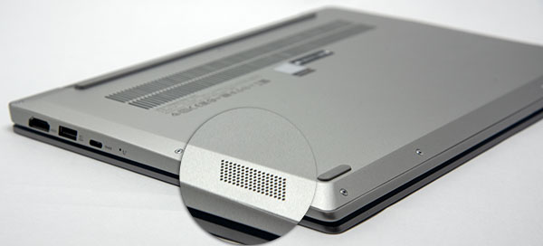 背面前部側面左右にJBLステレオスピーカーを配置。