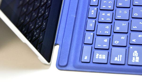 オプションのキーボードはマグネット方式で本体の下部分に装着される。