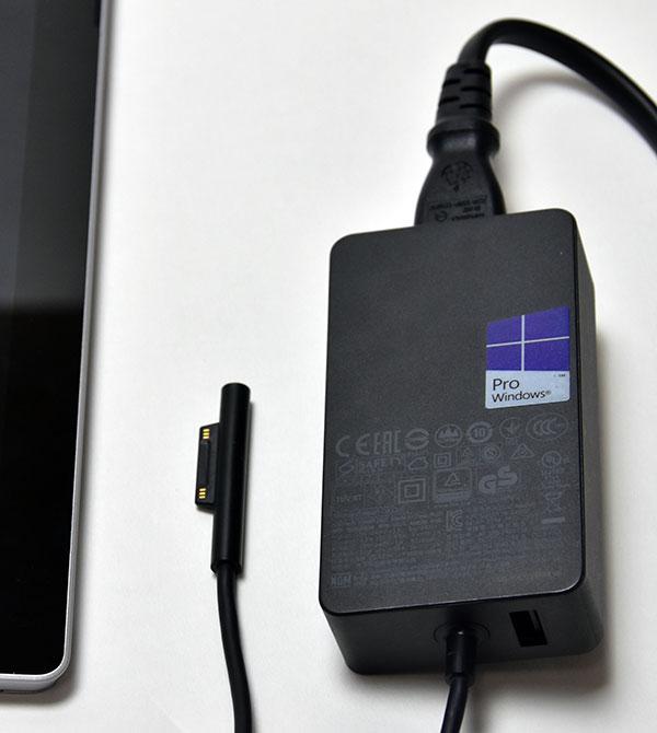 電源アダプターと特徴的なSurfaceConnect用電源端子 。
