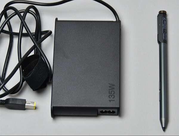 電源アダプターとオプションのLenovo Pen Pro(Bluetooth4.1対応、4096段階の筆圧を感知)。