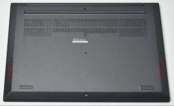 背面前部側面左右にステレオスピーカー(Dolby Audio Premium機能付き)を配置。