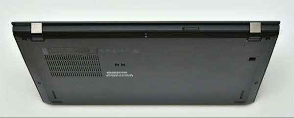 本体背面。Nano-SIM カード・スロットとマイクロSD カード・スロット