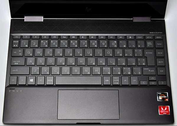 キーボードの押し加減は指にフィットするいい感じ。