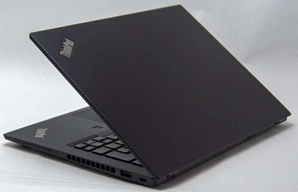 カラーはThinkPad伝統のブラックカラー色。