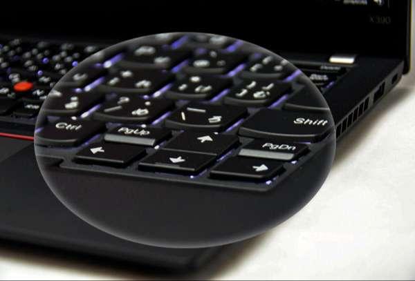 ↓キーボードは2段階調節できるLEDバックライト付で暗部での入力が楽に行える。