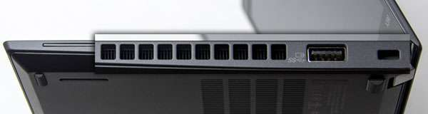 ↓本体右側部。右からセキュリティ・キーホール、USB 3.1 Gen1 (Powered USB)、排熱口。