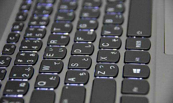 キーボードは2段階調節できるLEDバックライト付で暗部での入力が楽に行える。