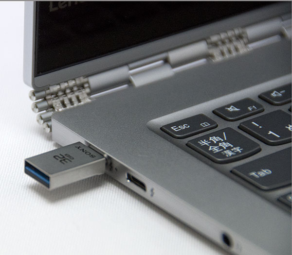 従来のUSB3.0より大幅に小型のUSB Type-C 3.1対応USBメモリは小さくて使いやすい。