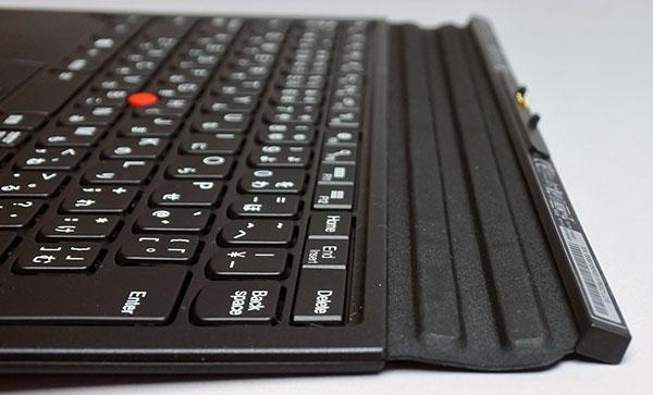 キーボード部分と先端のドッキング部分との間がジャバラ状になっいて、2本の棒状の部分もマグネット仕様になり、この部分を曲げながらタブレット本体の全面下部分に吸着される。