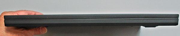 本体前部。高さ20.3mmと薄型。(マルチタッチ非対応モデルは19,9ミリ)。