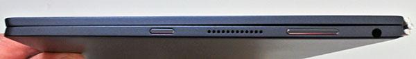 本体右側部。右からマイクロフォン/ヘッドフォン・コンボ・ジャック、音量ボタン、スピーカー、電源スイッチ