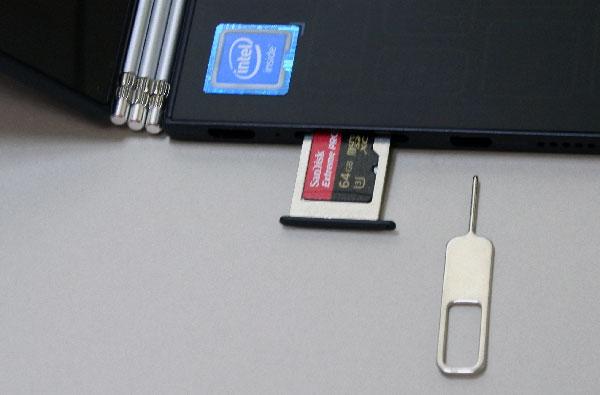 microSDメディアカードリーダーを開くには、右にある工具の細い棒状部分をmicroSDメディアカードリーダーの右にある穴に差し込み開閉させる