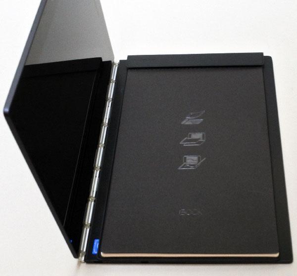 附属の専用用紙。バインダー式で上部の止め具に専用紙を挟み込む。