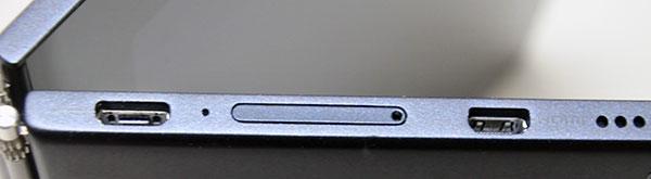 から2番目がmicroSDメディアカードリーダー(閉じた状態)
